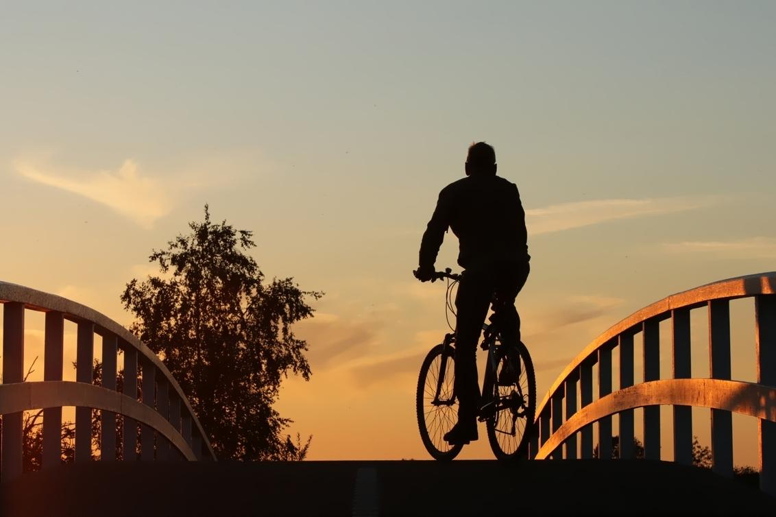 Silhouette 9914 - - - foto door onne1954 op 03-10-2020 - deze foto bevat: man, kleur, straat, licht, avond, fiets, tegenlicht, beweging, straatfotografie