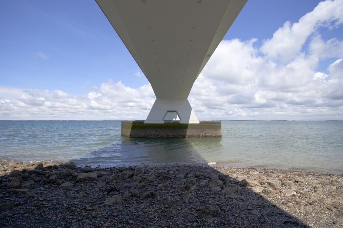 De brug aan de onderkant - Zeelandbrug van onderen. - foto door goosveenendaal op 21-07-2014 - deze foto bevat: wolken, zee, water, zeeland, bruggen