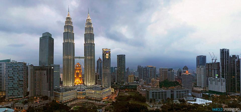 Petronas Twin Towers - De Petronas Towers in Kuala Lumpur zijn de hoogste torens van Maleisië. Het zijn zelfs de hoogste identieke dubbele torens van de wereld. In 1998 wa - foto door HaroldSpierenburg op 12-05-2012 - deze foto bevat: stitch, panorama, vakantie, gebouw, twin, wereld, torens, petronas, kuala, maleisie, towers, lumpur, hoogste, Traders