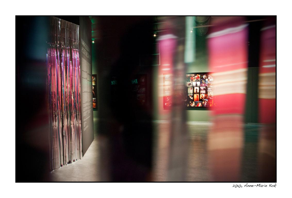 Weer in het NFM - Gisteren een fantastische expositie gezien in het fotomuseum, van Nan Goldin. Rauw, mooi, verdrietig, en een kijkje in een wereld die de meesten van  - foto door Anne-Marie Kok op 01-11-2010 - deze foto bevat: rotterdam, fotomuseum, nan goldin