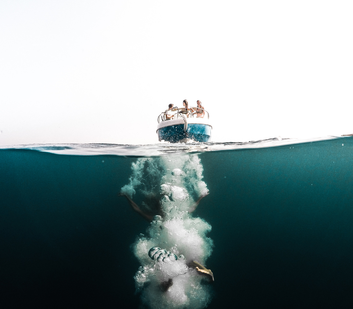 Diep in de zee 2.0 - Ik heb deze foto een tijdje geleden al geupload, maar deze versie qua bewerking vind ik persoonlijk nét even wat beter dus ik wilde hem nog eens uplo - foto door mikkikuipers op 30-03-2017 - deze foto bevat: mensen, zee, water, natuur, boot, reizen, zomer, europa