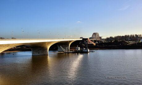 Spiegelwaal met op de achtergrond de oude Waalbrug