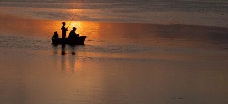 Das Boot - - - foto door peterspostbus op 09-08-2014 - deze foto bevat: zon, zee, licht, boot, avond, zonsondergang, vakantie, spiegeling, landschap, tegenlicht, haven, bootje, vissers, Nikon D90, ptr