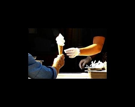 Anti corona ijsje - Allen weer bedankt voor de fijne reacties en vele favo's bij mijn vorige foto: Uitzichtloos..... - foto door MaryBruijn op 19-04-2020 - deze foto bevat: mensen, ijsje, straatfotografie