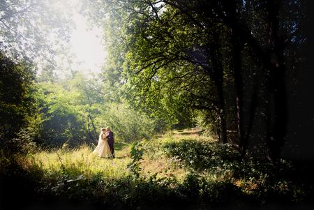bruidspaar in het bos - wat heeft Nederland toch mooi plekjes! - foto door mandyweerd op 01-11-2019 - deze foto bevat: zon, boom, blad, bos, zomer, bruidspaar