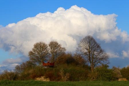 Het Genneperhuys - Oud strategisch fort aan de Niers - foto door Ebben op 13-04-2021 - deze foto bevat: wolk, lucht, fabriek, plant gemeenschap, natuurlijk landschap, boom, afdeling, zonlicht, hoogland, cumulus