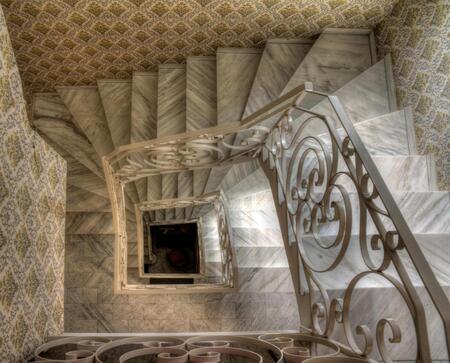 Het trappenhuis - HDR van het trappenhuis in het hotel, zag er  wel mooi uit met de marmeren treden en het ouderwetse behang ;) - foto door dennisvdwater op 14-08-2011 - deze foto bevat: trap, perspectief, hotel, trappenhuis, hdr, diepte, corsica