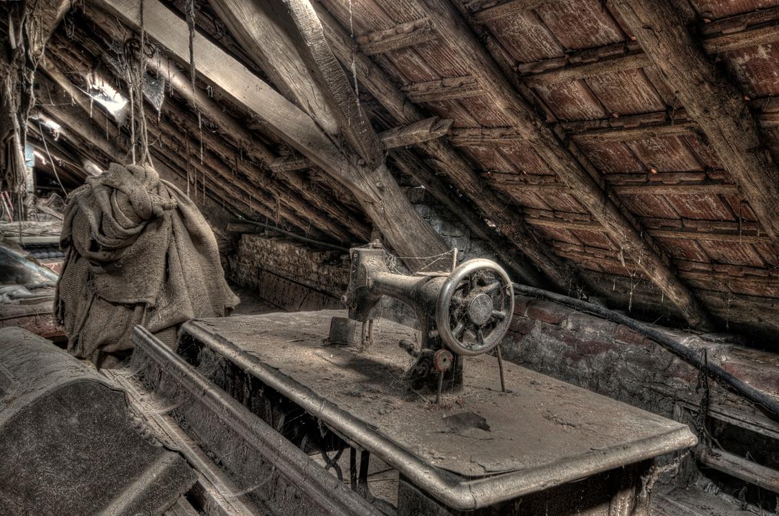 Uitgenaaid... - Verlaten boerderijtje ergens in België. Dit is op de zolder van de schuur - foto door wido-foto op 12-08-2013 - deze foto bevat: oud, boerderij, bewerkt, huis, verlaten, hdr, hdri, naaimachine, urbex, vergankelijk, vergankelijkheid, tonemapping, urban exploring, urban exploration