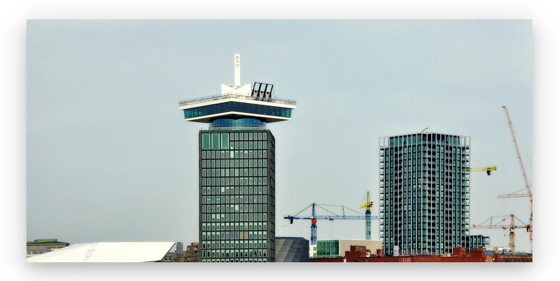 Boven_Bouw... . - AMSTERDAM _ A'dam Tower.   Ook hier heeft de Corona toegeslagen, doorgaans de schommels in beweging maar nu . . ...      Dit geen bewerking maa - foto door 1103 op 25-02-2021 - deze foto bevat: amsterdam, lijnen, architectuur, gebouw, stad, nieuwbouw, luik