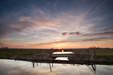 De krimpenerwaard 55 - De laatste minuten voor de zon onder gaat in de polder. Genieten van de rust in een stukje polder van de Krimpenerwaard - foto door celtre op 09-03-2015 - deze foto bevat: zonsondergang, wolkenlucht, polder, celtre, de krimpenerwaard