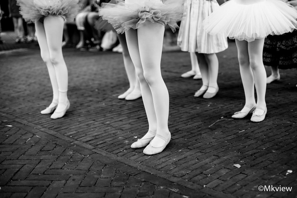 Ballerina's - Al mijn foto's zijn eigenlijk in kleur. Echter had ik, toen ik deze aan het bewerken was, meteen voor mezelf duidelijk dat de foto in zwart-wit omgez - foto door mkview op 14-09-2014 - deze foto bevat: straat, dans, optreden, ballet, zwartwit, dansen, uitvoering, ballerina, tutu, ballerina's