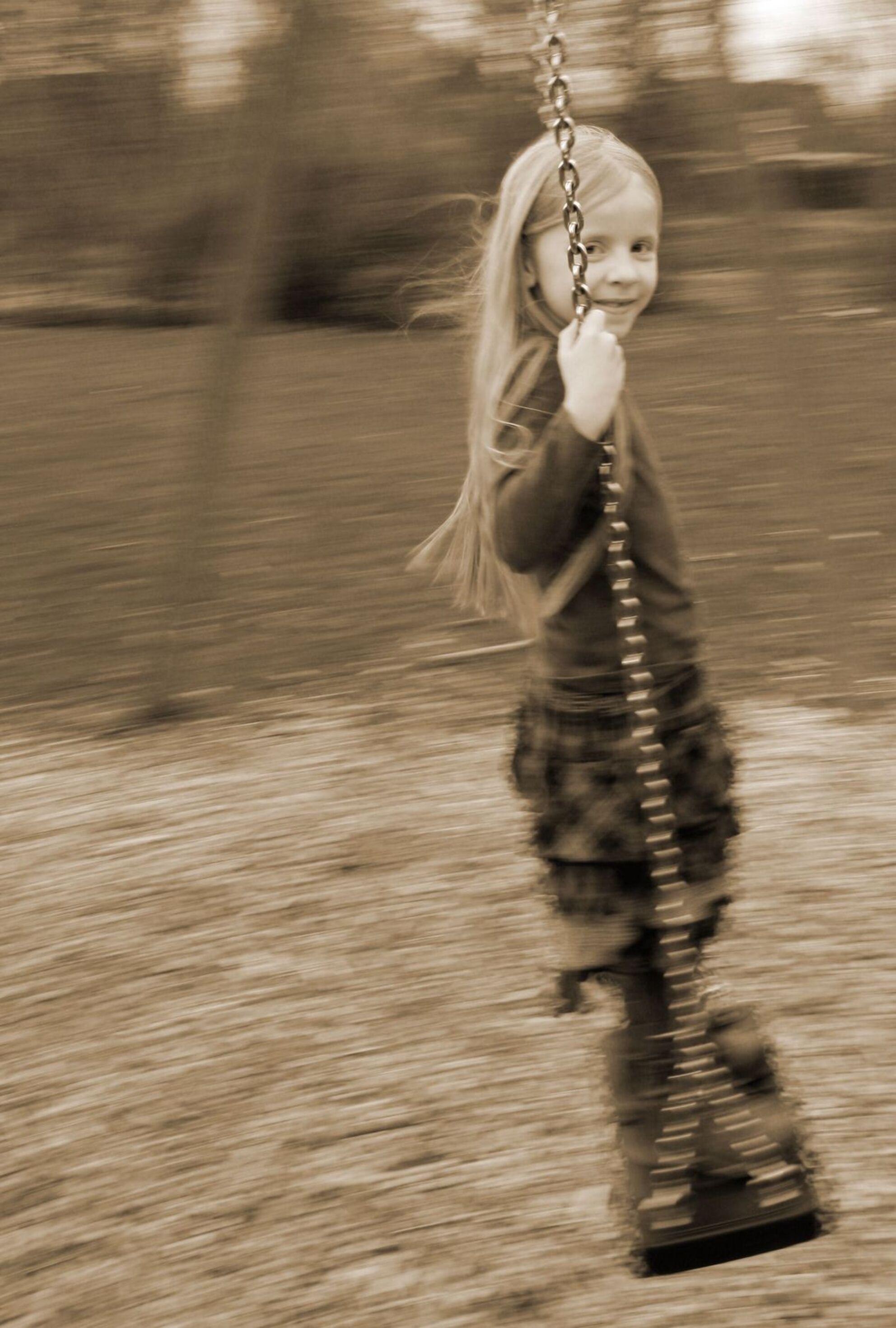 Vervlogen tijd - Foto van mijn nichtje tijdens het schommelen. - foto door Esje87 op 22-06-2011 - deze foto bevat: portret, technisch