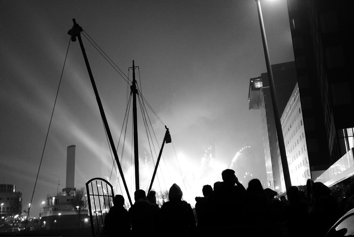 Rotterdam - Nieuwjaar - Zicht op de vuurwerkshow op de Erasmusbrug, Rotterdam. Gelukkig Nieuwjaar u Allen! - foto door Krulkoos op 04-01-2020 - deze foto bevat: rotterdam, nieuwjaar, erasmusbrug, haven, vuurwerk, show, zwartwit, straatfotografie, mast, oudjaar, maritiem, vuurwerkshow, oud en nieuw, maurice weststrate, lx100
