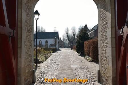 Vesting Boutange - In 1580, tijdens de Nederlandse Opstand, volgde de stad Groningen de noordelijke stadhouder Rennenberg in zijn keuze voor Spanje. De stad werd toen b - foto door johandekens op 20-03-2016 - deze foto bevat: architectuur, groningen, poort, vlagtwedde, vesting bourtange, Bommen Berend