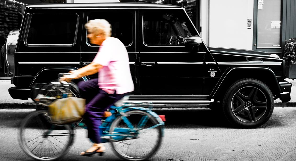 Old vs New - - - foto door R0G1ER op 21-11-2016 - deze foto bevat: straat, fiets, frankrijk, auto, zwartwit, beweging, straatfotografie, hdr, centrum