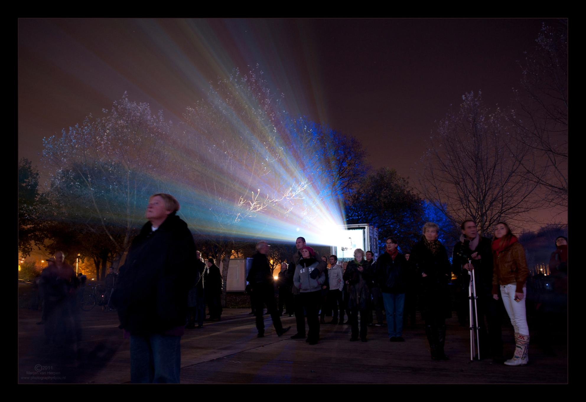Vol bewondering! - Vol bewondering kijken naar prachtig licht tijdens de lichtshows bij Glow Eindhoven. Hoewel het spektakel zich buiten de foto bevind, is de lichtstra - foto door mvanherpen op 09-03-2012 - deze foto bevat: licht, eindhoven, nacht, glow, sfeer, bewondering, lichtshow, lichtbundel, lichtstraal
