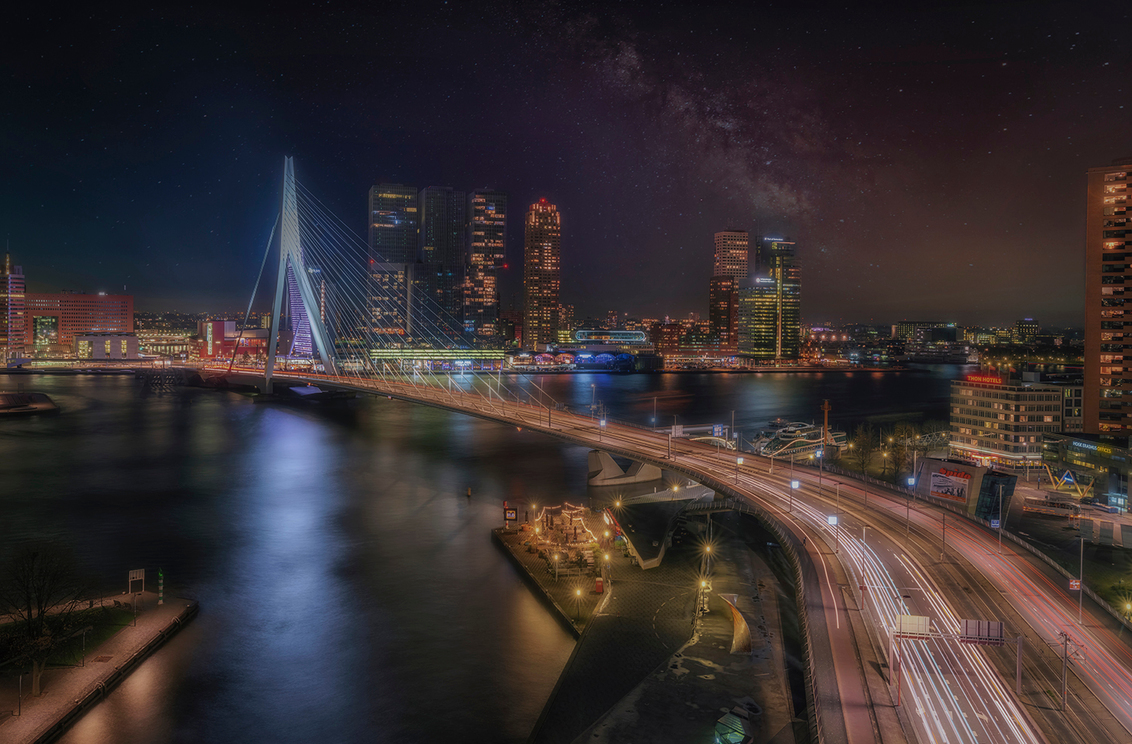 """rotterdam - Gemaakt tijdens de workshop """"Rotterdam by night""""  die ik in samenwerking met Fujifilm en digimax mocht organiseren. Hopelijk kunnen we deze workshop  - foto door mvbalkom op 19-05-2020 - deze foto bevat: lucht, rotterdam, avond, stad, erasmusbrug, nacht, urban exploring, lange sluitertijd"""