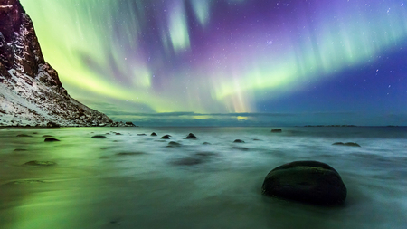 Oh what a night! - Overal om je heen noorderlicht maar op dat moment vond ik het boven de zee het mooiste. Ik wilde wel graag een beetje spannende voorgrond dus met de - foto door h.meeuwes op 07-12-2018 - deze foto bevat: lucht, kleur, zee, panorama, sneeuw, bergen, branding, nacht, kust, noorwegen, lofoten, stenen, sterren, uitdaging, keien, statief, poollicht, noorden, lange sluitertijd, henk meeuwes