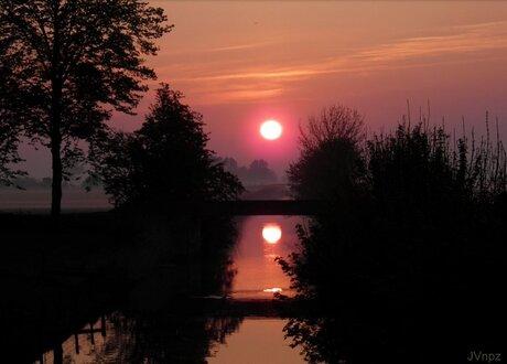 waterspiegeling zonsopkomst