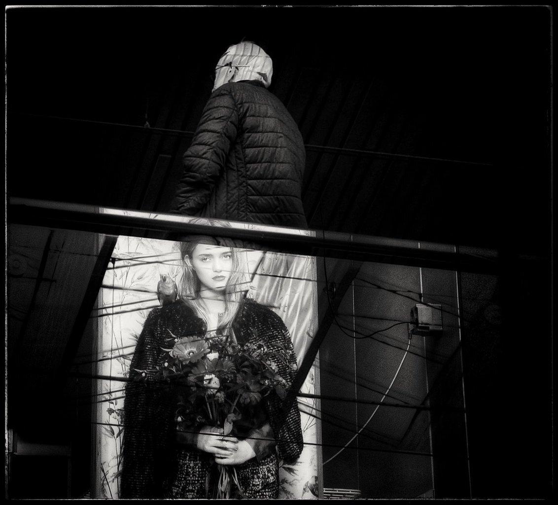 Wie wacht hier op wie,??? - . .   Daar sta je dan met je bosje bloemen... - foto door 1103 op 23-10-2018 - deze foto bevat: fantasie, contrast, bewerkingsuitdaging, tijdverdrijf op aansluiting van treinen..