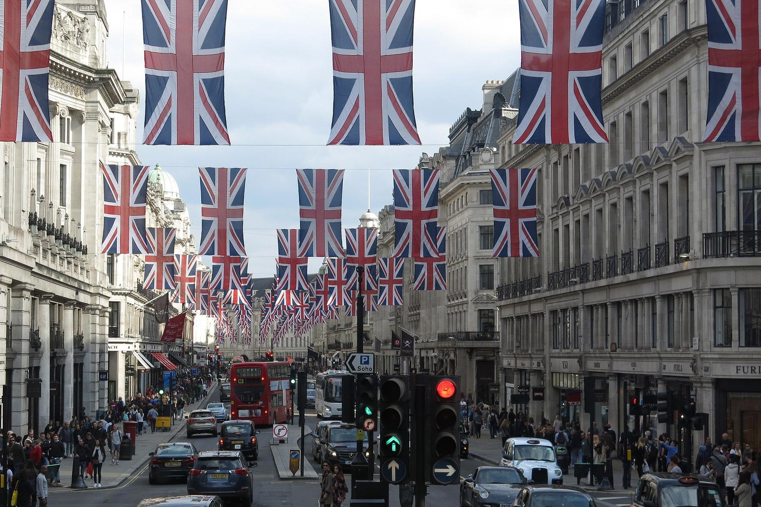 London 2018 . - London 2018 ..hopelijk volgend jaar weer terug .  - foto door bergmanfotografie op 09-04-2021 - locatie: Londen, Verenigd Koninkrijk - deze foto bevat: auto, lucht, gebouw, dag, infrastructuur, voertuig, doorgaande weg, straatlantaarn, wiel, buurt