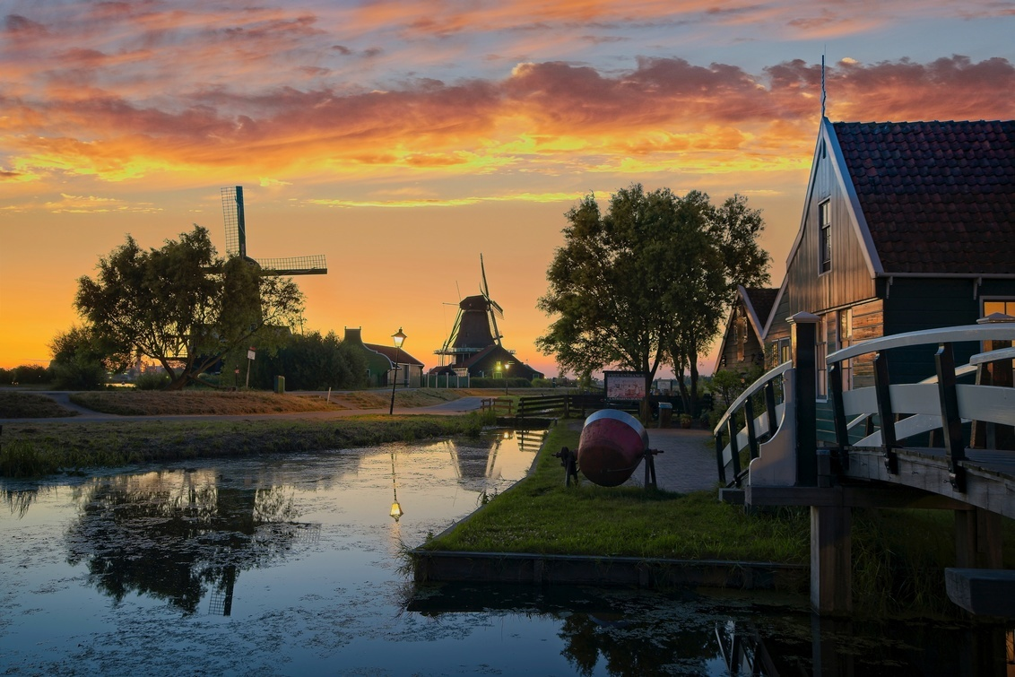 Iconic Dutch House - HDR - This summer I went to Zaanse Schans few times to try different new techniques. I used different Sony lenses and I tried to figure out less common sce - foto door lcutolo op 19-01-2019 - deze foto bevat: water, sunset, landscape, reflections, hdr, sony, gold, lights, village, zaandam, netherlands, dusk, tlp, silky, calm, flickr, zaanse schans, Wind mills, Aperture, long exposure, Dutch landscape, ngc, world trekker, luca cutolo, gold hours, on1 raw, silky could, old towns, millscape, sony a7iii