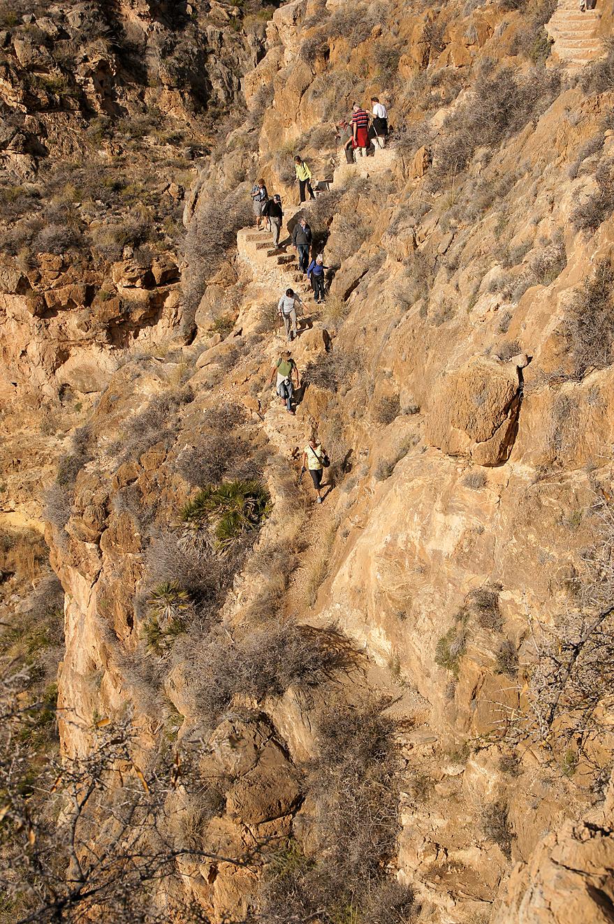 Wandeling 3 - Er zijn altijd mensen die nog een stapje verder gaan. Op de heft van de wandeling heeft de groep zich gesplist en is een deel een moeilijker stuk gaa - foto door Nel Hoetmer op 15-12-2013 - deze foto bevat: landschap, spanje, wandeling, nel