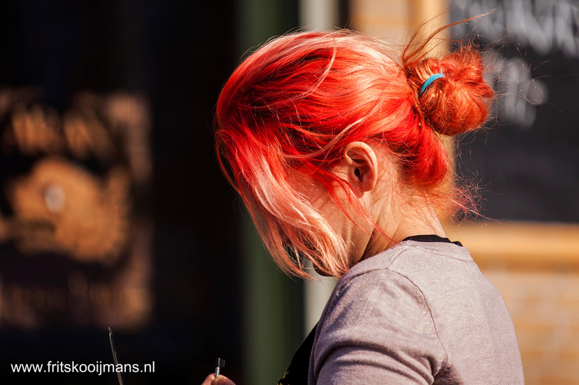 Serveerster restaurant Amsterdam - 201503136155 Serveerster restaurant Amsterdam - foto door fritskooijmans op 28-05-2015 - deze foto bevat: amsterdam, portret, voorjaar, 2015, hein donnerbrug