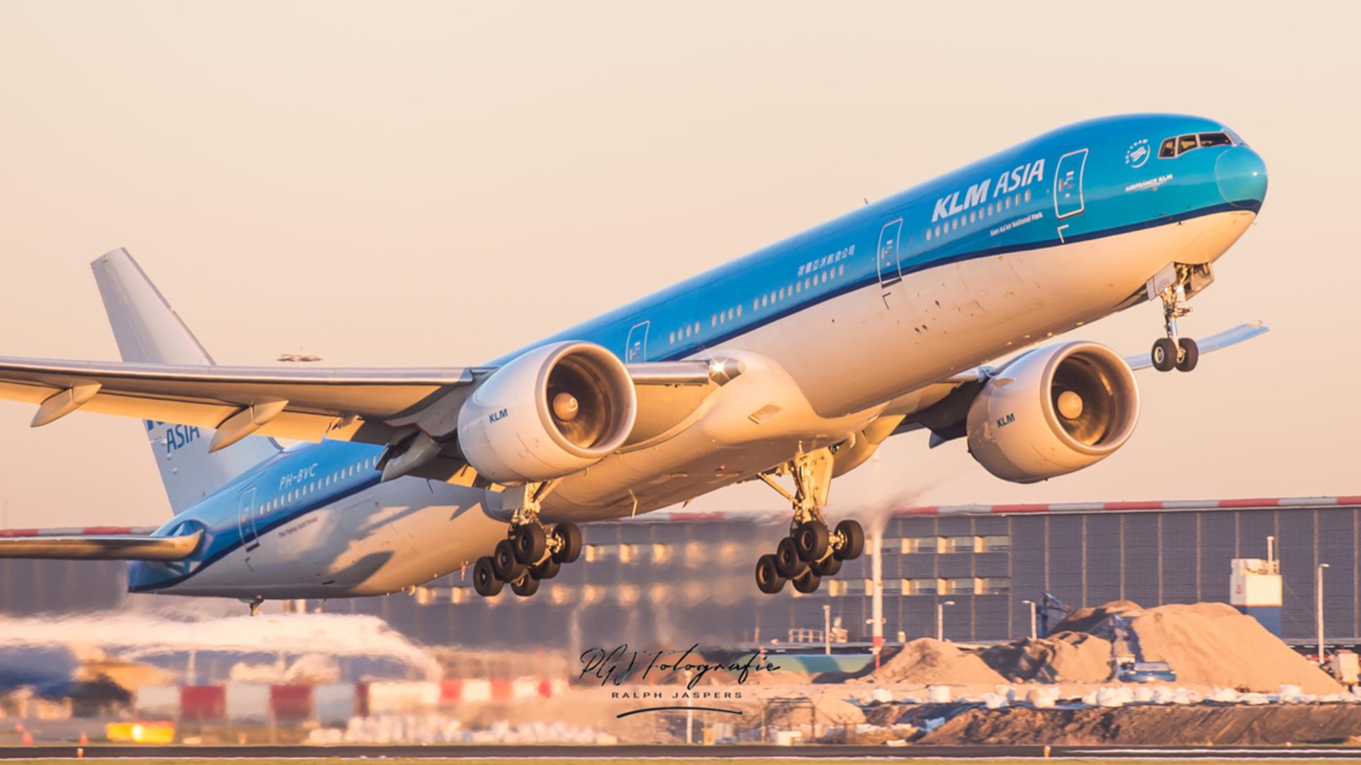 Full Power - Takeoff van kaagbaan met zonsondergang - foto door RGJ-fotografie op 22-02-2019 - deze foto bevat: zon, sunset, groot, zonsondergang, vliegen, reizen, vliegtuig, vliegveld, schiphol, boeing, kaagbaan, takeoff, 777 - Deze foto mag gebruikt worden in een Zoom.nl publicatie