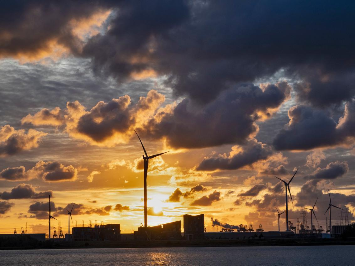 Zonsondergang over de Schelde - Zonsondergang over de Schelde gezien vanaf de Scheldelaan ter hoogte van de Total raffinaderij in Antwerpen - foto door RobertZonnekeyn op 13-12-2019 - deze foto bevat: wolken, port, sunset, avond, zonsondergang, haven, river, clouds, sky, schelde, harbour, evening, windturbines, belgium, antwerp