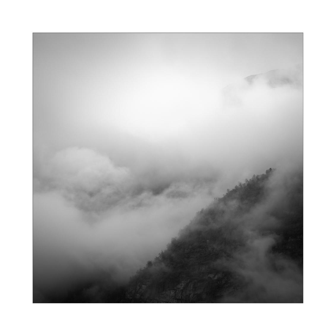 Northern Spirit - - - foto door Joshua181 op 02-09-2017 - deze foto bevat: lucht, wolken, natuur, licht, landschap, mist, bos, bergen, noorwegen