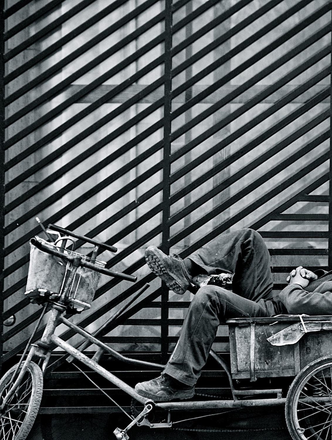 Beijing Bike - Peking, China - foto door MarijePictures op 09-11-2013 - deze foto bevat: fiets, people, bike, dutje, take a break