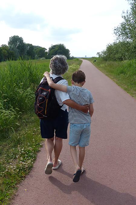 Gek op oma - op weg naar een groot avontuur - foto door Krea10 op 16-04-2021 - locatie: Huizen, Nederland - deze foto bevat: schoenen, lucht, fabriek, korte broek, wolk, been, mensen in de natuur, blad, plantkunde, boom