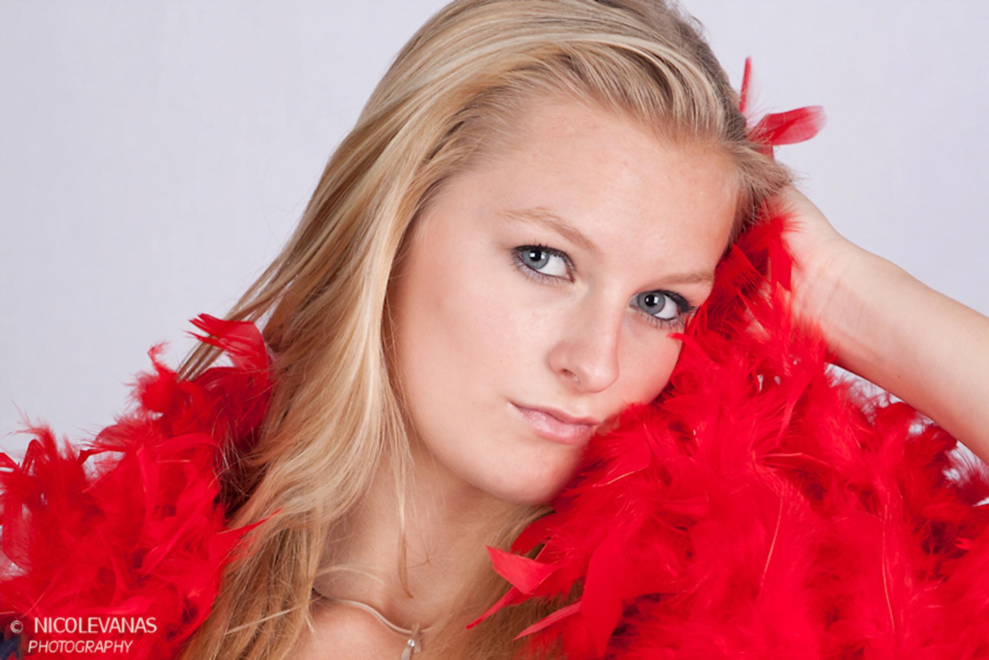 Model in de dop. - Afgelopen week stond deze jonge dame voor het eerst achter de camera.  Een model in de dop.  Het was erg gezellig samen. - foto door nicole-8 op 23-08-2011 - deze foto bevat: kleur, licht, portret, model, studiofoto, blond, boa, close up, softboxen, jonge dame