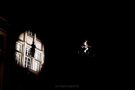 Je eigen schaduw - Hier begon het mee. We zagen de meneer de lucht in gaan en opeens werd er een spot op hem gericht. Heerlijke dramatische sfeer kwam samen met het vio - foto door kyanivullings op 30-12-2017 - deze foto bevat: lucht, licht, hoog, avond, schaduw, spotlight, spot, viool, zweven, trucks, acrobaten, acrobaat, kunstjes