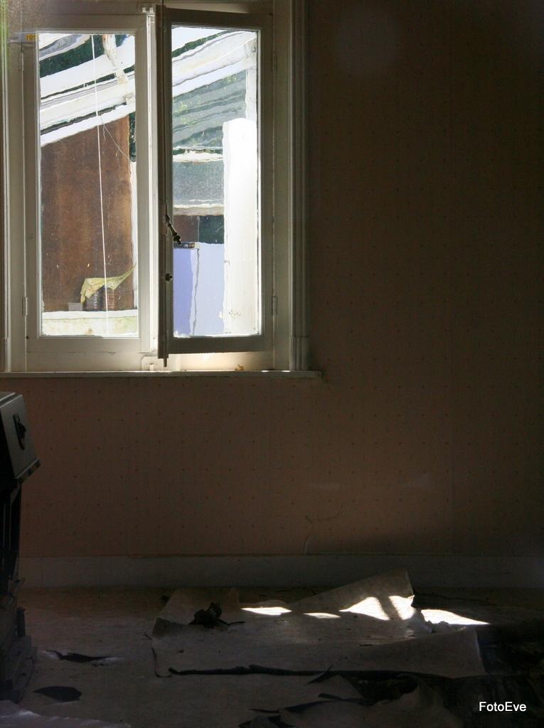 Licht op verval - ... - foto door aafkeve op 30-05-2010 - deze foto bevat: schaduw, raam, verval