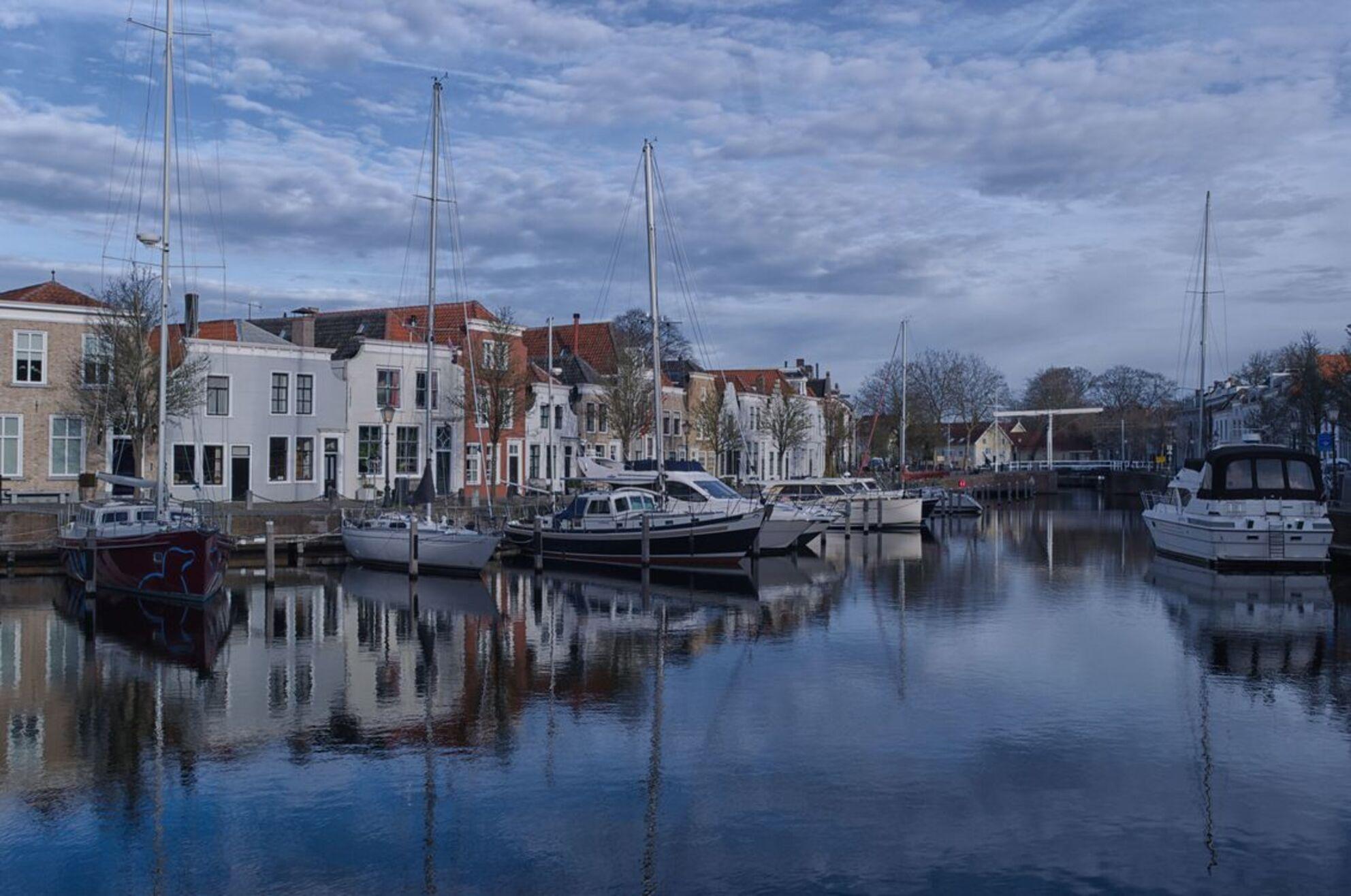 Goes 1 - Vandaag door Goes gelopen en genoten van het mooie weer en het uitzicht. - foto door AdrianaKokde op 27-12-2018 - deze foto bevat: wolken, water, boot, spiegeling, stad, haven, reflecties, gevels
