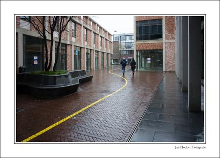 Coronastreep - Wolf en Hertzdahlstraat - foto door JanHouben op 17-04-2021 - locatie: Sittard, Nederland - deze foto bevat: gebouw, venster, fabriek, rechthoek, weg oppervlak, stedelijk ontwerp, asfalt, vloeren, trottoir, stad