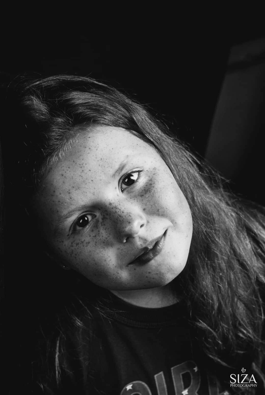 Portret Lisa Z - In gedachten hangend tegen de muur.  - foto door Sizaphotograpy op 14-04-2021 - locatie: Alphen aan den Rijn, Nederland - deze foto bevat: neus, wang, huid, lip, kin, wenkbrauw, mond, flitsfotografie, kaak, wimper
