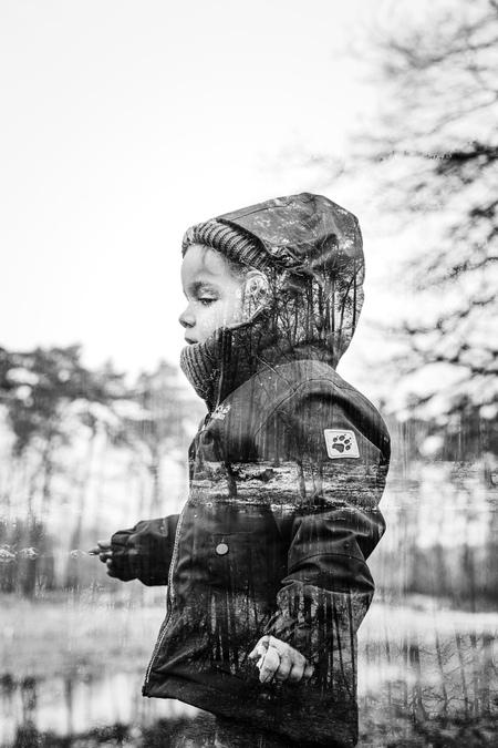 Double exp. - Avonturen van kleins af. Limburgse bossen ontdekken.  https://www.facebook.com/ShotByCanipel/ https://www.instagram.com/canipel/ - foto door canipel op 25-01-2021 - deze foto bevat: donker, natuur, licht, portret, liefde, kind, kinderen, baby, meisje, lief, beauty, zwartwit, contrast, creatief, 50mm, bokeh, double exposure, multi exposure
