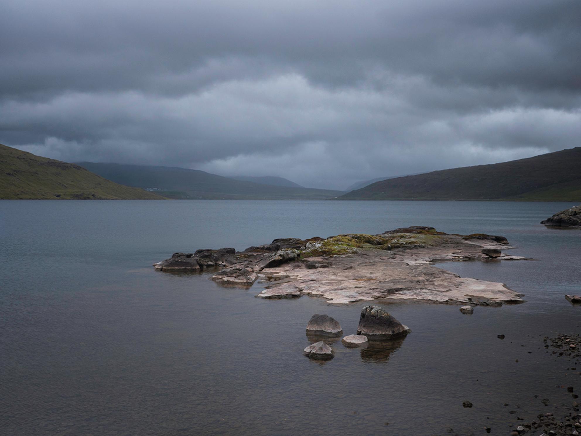 On my way to Bøsdalafossur - Langs het meer naar de waterval - foto door Lakesite op 13-09-2017 - deze foto bevat: lucht, wolken, kleur, zon, uitzicht, zee, water, natuur, zonsondergang, vakantie, reizen, landschap, zomer, bergen, wandelen, reisfotografie, europa - Deze foto mag gebruikt worden in een Zoom.nl publicatie
