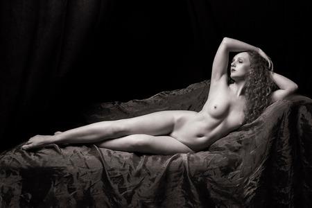 Klassiek Naakt - topmodel Ivory Flame - foto door jhslotboom op 08-07-2020 - deze foto bevat: vrouw, licht, portret, model, erotiek, naakt, zwartwit, pose, glamour, studio, bed, klassiek, monochroom, artistiek, liggend, divan, Ivory flame, nude art