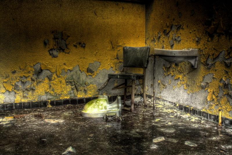 The 3 legs - de vloer is niet gepolijst het is ijs een laag van ongeveer 5 cm spiegel galt het maken van deze foto heeft dus ook een paar blauwe plekken op geleve - foto door fvandijk_zoom op 07-10-2010 - deze foto bevat: urban, exploring