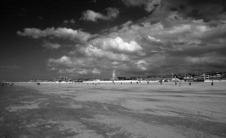 """Alles voor Leiden - Hier in Katwijk zeggen we als de bui of bewolking overdrijft """"zo alles voor Leiden""""van het blijft ons bespaard.Vorige week eens geen stranddag maar w - foto door XIANG op 22-07-2010 - deze foto bevat: strand, bewolking.zon"""