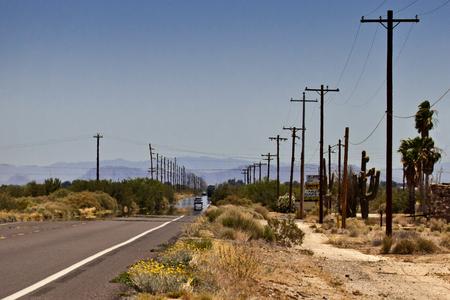 Zinderende Hitte - Nog eentje uit Salome Arizona. De US 60 richting Aguila en Congress. De luchtspiegeling op het asfalt in de verte laat alles dansen in golven van ops - foto door kosmopol op 24-07-2012 - deze foto bevat: usa, weg, hitte, kosmopol