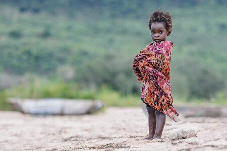 Girl-on-the-beach - Een meisje op het strand aan het Malawi meer. - foto door EdPeetersPhotography op 04-01-2021 - deze foto bevat: mensen, strand, portret, reizen, afrika, straatfotografie, reisfotografie, malawi, edpeetersphotography