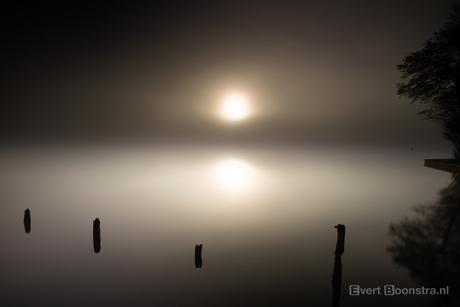 Mistige zonsopkomst bij het Sneekermeer