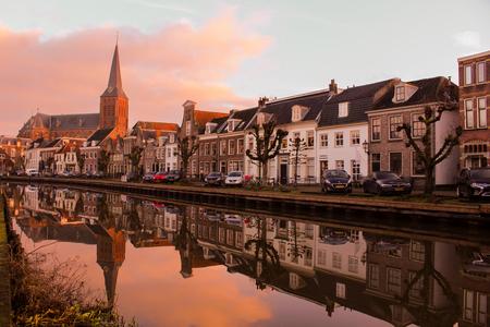 Schippersgracht, Maarssen - Reflectie van de kerk en panden aan het water (de Vecht) bij de Schippersgracht in Maarssen. - foto door RemcoPhillipson op 19-01-2021 - deze foto bevat: spiegeling, straatfotografie, vecht, maarssen, stichtse vecht