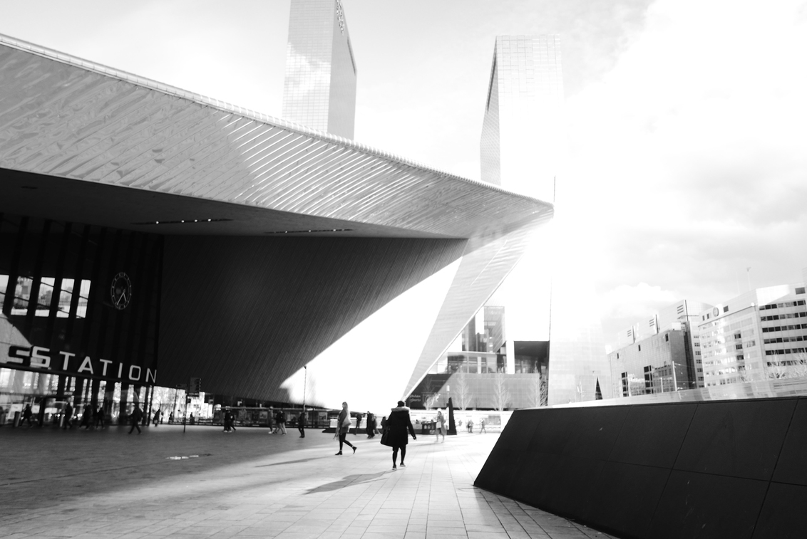 Rotterdam - Centraal station - Centraal station van Rotterdam in de felle namiddag-zon (in deze tijd zeldzaam...) - foto door Krulkoos op 11-03-2020 - deze foto bevat: station, zon, abstract, rotterdam, licht, lijnen, architectuur, schaduw, silhouette, stad, zonlicht, zwartwit, flat, city, wolkenkrabber, flats, hoekig, overbelicht, architecture, blackandwhite, leica, silhouettes, cityscape, overexposed, citylife, architectural, zwartwitfotografie, B/W, urban exploring, Black and white, central station, rotterdam centraal station, lx100, rotterdam central station