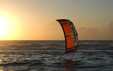 kitesurfen bij zonsondergang
